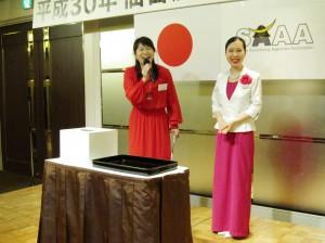 お楽しみ抽選会-司会進行役の三浦様(左)とクジを引く幸運の女神・菅原様約(右)